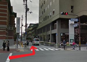 ↑ ②まっすぐ進んでいくと、スターバックスが見えるので、スターバックスの角を左折。