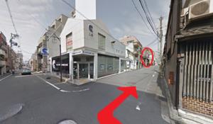 ↑ ④直進を続けると京都信用金庫の三条支店が見えるので、ここの角を右折。(〇印で囲ったところが本校です。)